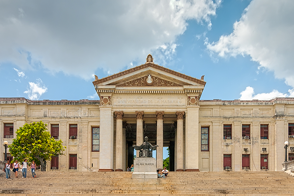 view of Universidad de la Habana with students on the steps