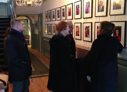 Jackie O'Neill shows Tarja Halonen and Pentti Arajarvi the Wadsworth House photo gallery