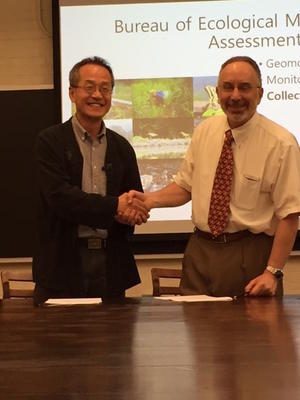 Dr. Choe and Dr. Hanken sign the MOU