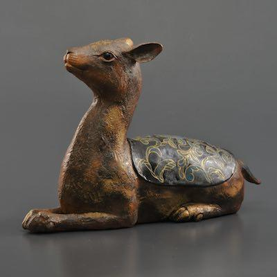 ceramic sculpture of a seated deer by IMAI Makimasa