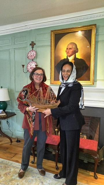 The Ambassador presents the University Marshal with a gift from Oman