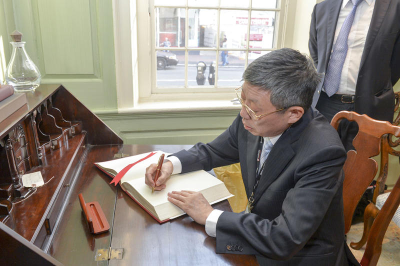 The Mayor signs the university guest book