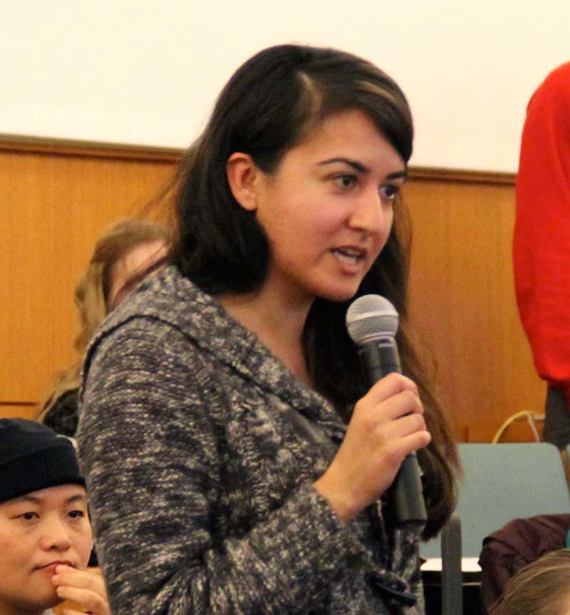 RPP Working Group student Sana Saeed asks a question of the Pastor and the Imam.