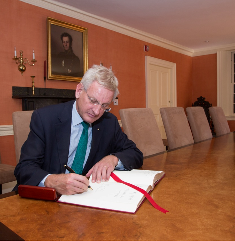 Minister Bildt signs the university guest book at Wadsworth House.