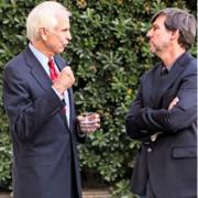 Rodrigo Jordán escucha atentamente al profesor de Harvard Rand Wentworth.