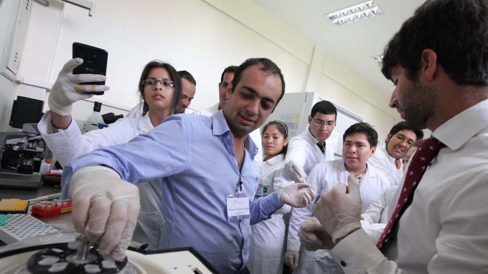 Mohammed Mostajo-Radji leading a science outreach course in Bolivia through Clubes de Ciencia. Photo courtesy of Revista Quinto Poder.